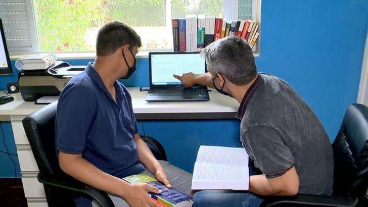pai e filho se formam 2 - Pai começou a estudar direito para apoiar o seu filho com Asperger. Hoje, ambos estão formados
