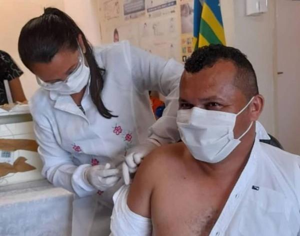prefeito guaribas vacina - MP investiga denúncias de prefeitos que furaram a fila e tomaram vacina contra Covid fora de grupos prioritários no Piauí.