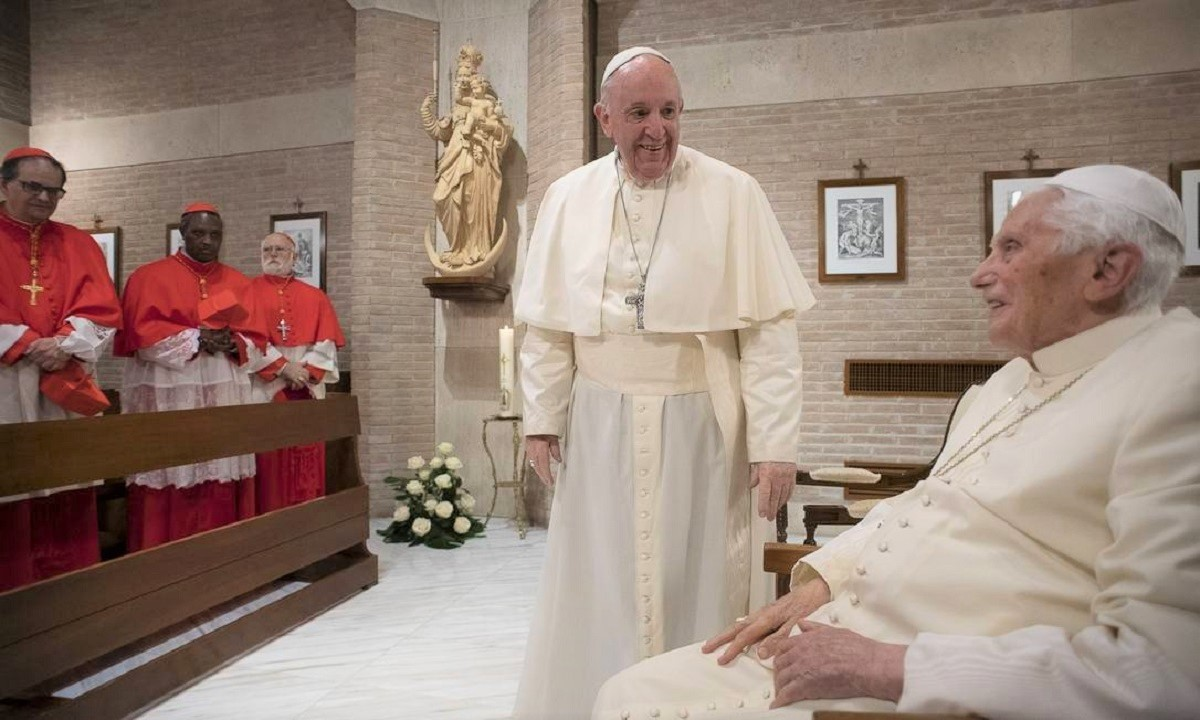 x90662889 This photo taken and handout on November 28 2020 by The Vatican Media shows Pope Francis C.jpg.pagespeed.ic .p0JSU No72 - O Papa Francisco e o Papa emérito Bento XVI foram vacinados contra a Covid-19