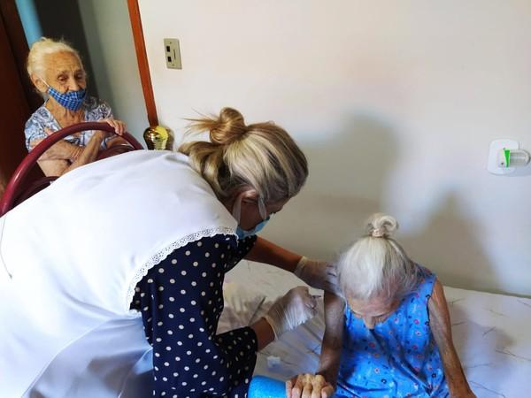 """1 - Mãe, filha e neta foram imunizadas contra Covid-19, todas no mesmo dia em Fernandópolis: """"Realmente especial"""""""