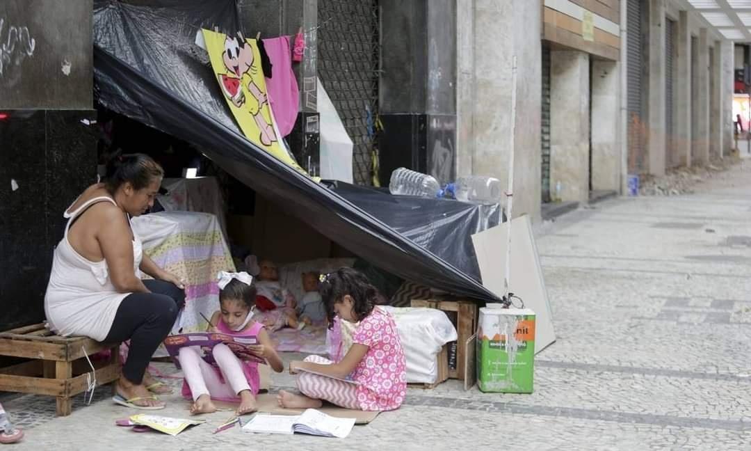 152062833 2919932498258836 7915359270643490280 o - Mãe moradora de rua transformou a calçada em um LAR para as filhas