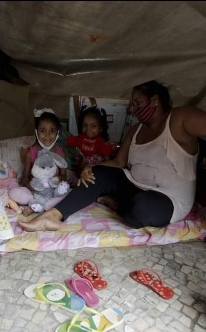152377558 2919932454925507 5482433478058065311 n - Mãe moradora de rua transformou a calçada em um LAR para as filhas