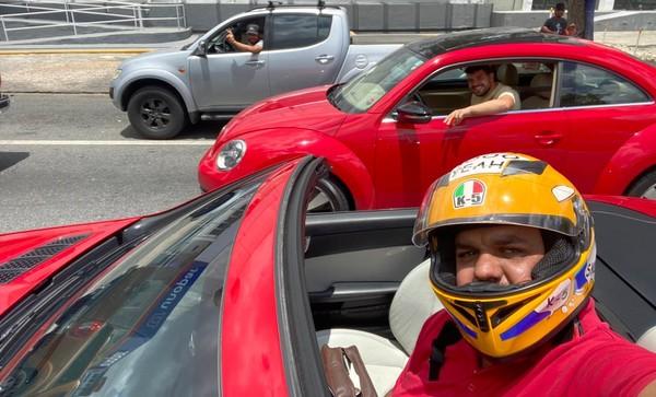 """2 7 - Paraibano comprou carro de luxo e """"não coube dentro"""", o vídeo viralizou e rendeu muitas risadas!"""