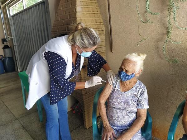 """2 - Mãe, filha e neta foram imunizadas contra Covid-19, todas no mesmo dia em Fernandópolis: """"Realmente especial"""""""