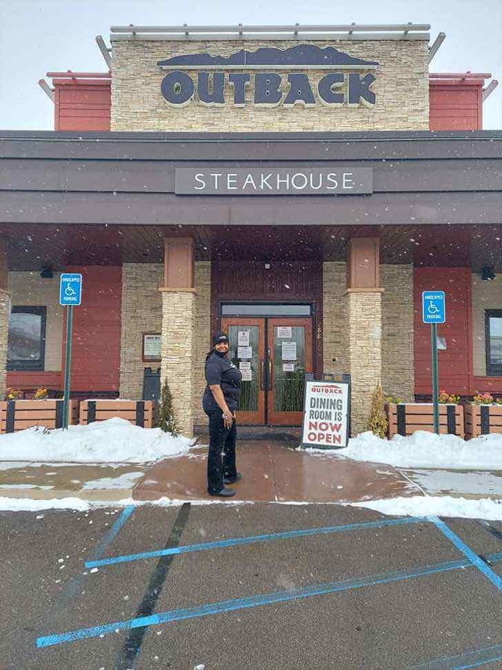 3 7 - Garçonete depois de 19 anos trabalhando no Outback Steakhouse agora tem seu próprio restaurante. ELA MERECE!