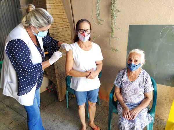 """3 - Mãe, filha e neta foram imunizadas contra Covid-19, todas no mesmo dia em Fernandópolis: """"Realmente especial"""""""