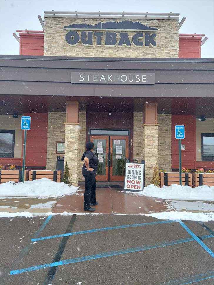 4 6 - Garçonete depois de 19 anos trabalhando no Outback Steakhouse agora tem seu próprio restaurante. ELA MERECE!
