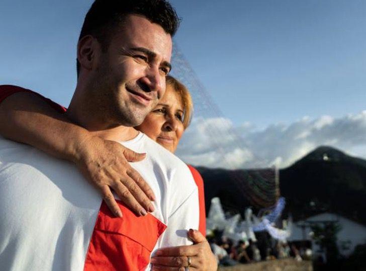 Captura de Pantalla 2021 02 10 a las 12.34.48 - Ela abraçou seu filho sequestrado após 32 anos de espera. Mãe não desiste nunca!
