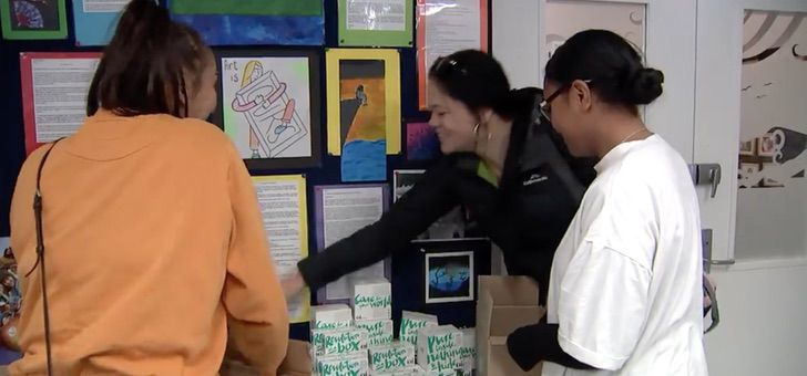 Captura de Pantalla 2021 02 18 a las 11.22.32 - A Nova Zelândia doará toalhas e absorventes internos a todos as suas alunas. Elas buscam maior acesso e menos tabus