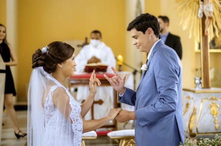 b 1 - Padre celebra o casamento em linguagem de sinais para um casal surdo. Eles imortalizaram seu amor com as mãos