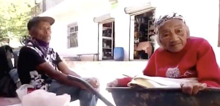 b 2 - Vídeo mostra filho carregando sua mãe de 100 anos em um carrinho de mão para vaciná-la.