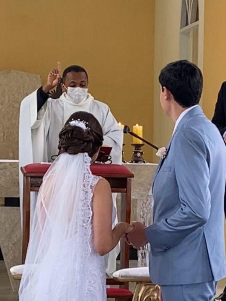 c 2 - Padre celebra o casamento em linguagem de sinais para um casal surdo. Eles imortalizaram seu amor com as mãos