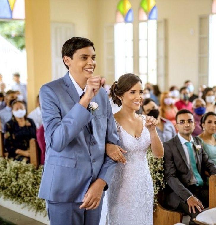 e - Padre celebra o casamento em linguagem de sinais para um casal surdo. Eles imortalizaram seu amor com as mãos