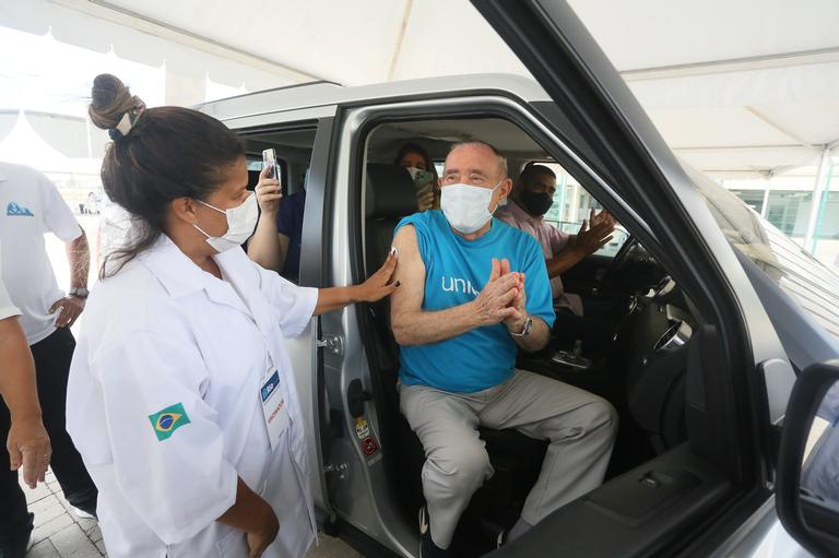 "renato aragao recebe vacina contra covid 19 1291492 - Renato Aragão comemora emocionado receber a vacina contra a covid-19: ""contei as horas"""
