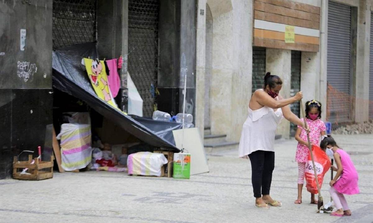 x91529957 RI Rio de Janeiro RJ 08022021 Dignidade nas RuasAna Paula com suas filhas Gabriela e Tayn.jpg.pagespeed.ic .4DrAjMMdD7 - Mãe moradora de rua transformou a calçada em um LAR para as filhas