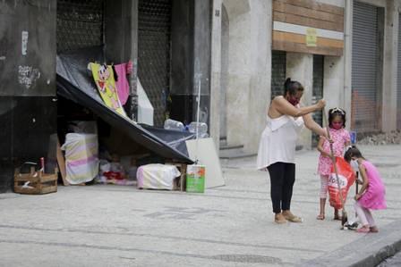 xecsimg91529957 ri rio de janeiro rj 08022021 dignidade nas ruasana paula com suas filhas gabriela e tayn 1923152568148356993.jpg.pagespeed.ic .Ay 1iQRji9 - O sofrimento da família que se divide entre viver em uma calçada do Rio e uma casa inacabada sem janela e porta comove internautas e gera onda de ajuda (vídeo)