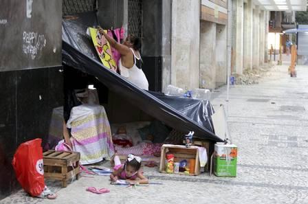 xecsimg91529967 ri rio de janeiro rj 08022021 dignidade nas ruasana paula com suas filhas gabriela e tayn 3645445433626332728.jpg.pagespeed.ic .bM7vqM3BAn - O sofrimento da família que se divide entre viver em uma calçada do Rio e uma casa inacabada sem janela e porta comove internautas e gera onda de ajuda (vídeo)