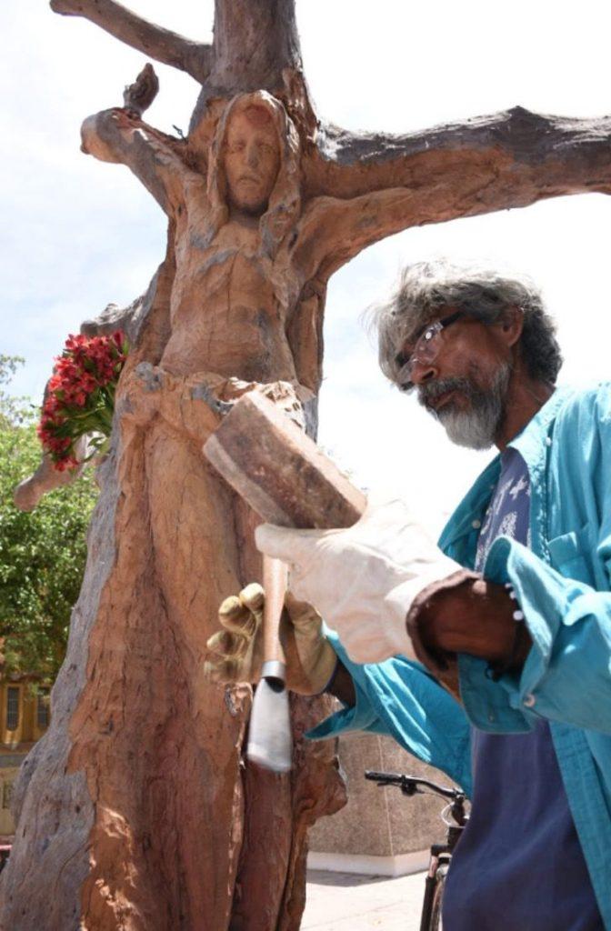"""1 9 - Escultor de rua transformou uma árvore morta na imagem de Jesus Cristo: """"Isto é um presente de Deus."""