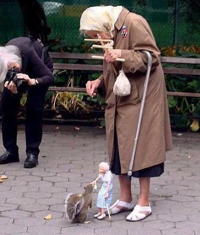1 - Idosa alimenta esquilos com marionete igual a ela. Para aquecer o coração!