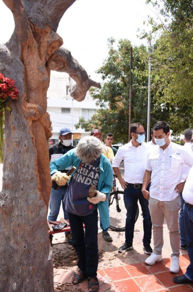 """2 9 - Escultor de rua transformou uma árvore morta na imagem de Jesus Cristo: """"Isto é um presente de Deus."""