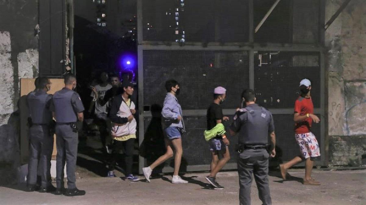 """20fev2021 policiais militares intervem e acabam com festa clandestina com mais de 100 participantes que acontecia dentro de um ferro velho  - """"Era uma festa, mas virou suicídio"""", disse mãe de rapaz intubado com covid"""