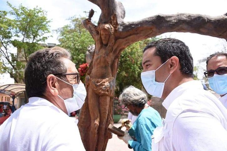 """3 9 - Escultor de rua transformou uma árvore morta na imagem de Jesus Cristo: """"Isto é um presente de Deus."""