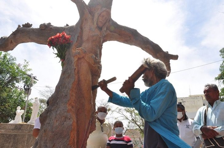 """4 5 - Escultor de rua transformou uma árvore morta na imagem de Jesus Cristo: """"Isto é um presente de Deus."""