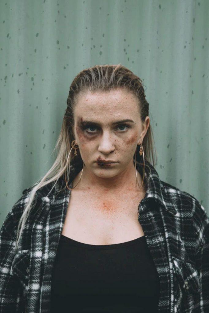"""Captura de Pantalla 2021 03 08 a las 12.18.20 682x1024 1 - """"Socorro, violência doméstica, ele tá lá fora"""": Mulher agredida pede ajuda com um bilhete"""