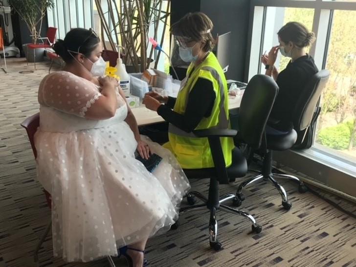 1 13 - O coronavírus cancelou seu casamento, mas ela usou seu vestido de noiva para se vacinar. Eu queria mostrar