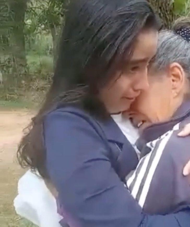 1 Captura de Pantalla 2021 05 27 a las 12.07.14 - Ela veste o Jaleco de veterinária pela primeira vez na frente de sua mãe e ela explode de emoção.