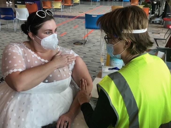 2 16 - O coronavírus cancelou seu casamento, mas ela usou seu vestido de noiva para se vacinar. Eu queria mostrar