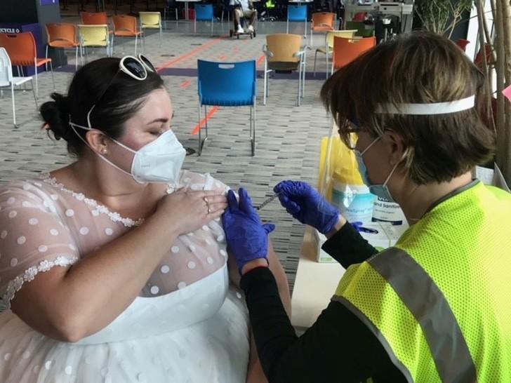 3 13 - O coronavírus cancelou seu casamento, mas ela usou seu vestido de noiva para se vacinar. Eu queria mostrar