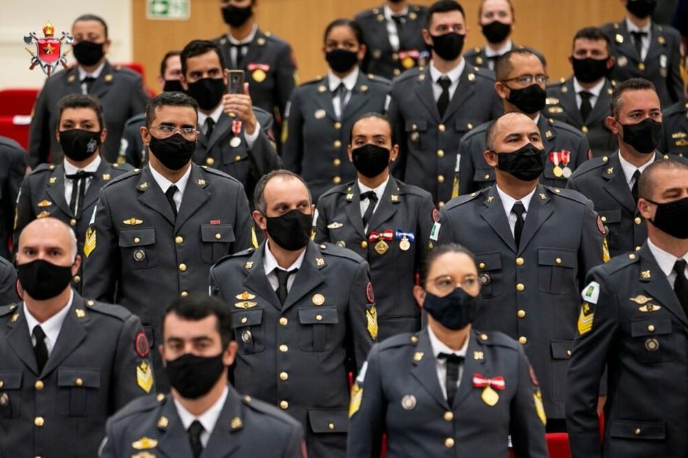 """3 - Coronel expulsa bombeiras de cerimônia de formatura por conta de suas """"saias curtas"""""""