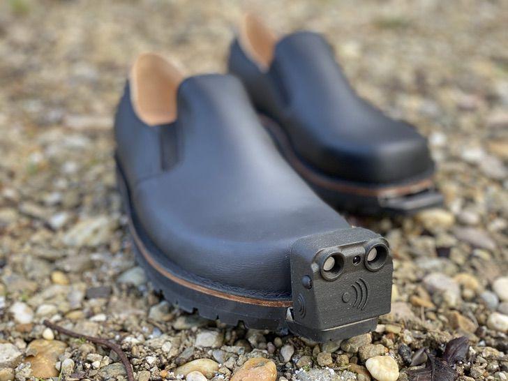 4 2 - Eles criaram sapatos inteligentes para pessoas cegas, capazes de detectar obstáculos. Eles vão andar com segurança