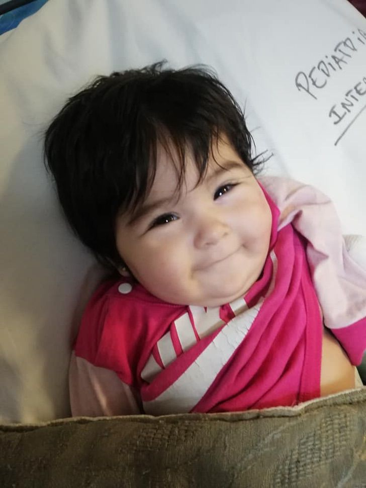 4 5 - A bebê é ejetada de um carro que capotou no caminho e eles a encontram ilesa e sorrindo.