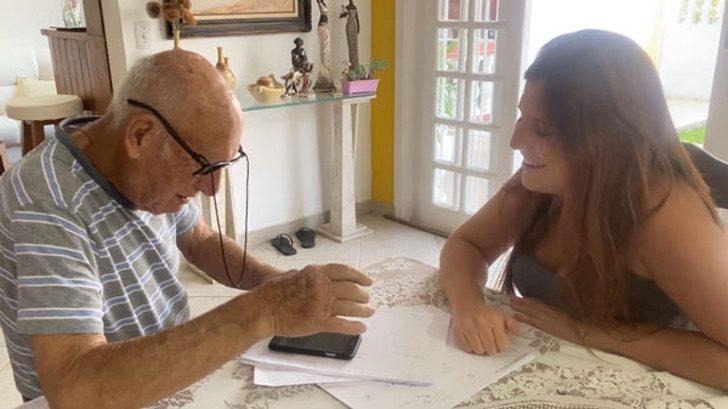 """1 3 - A neta desenhou um """"manual"""" para o avô tocar áudios do WhatsApp. Eu não queria deixar isso para trás!"""