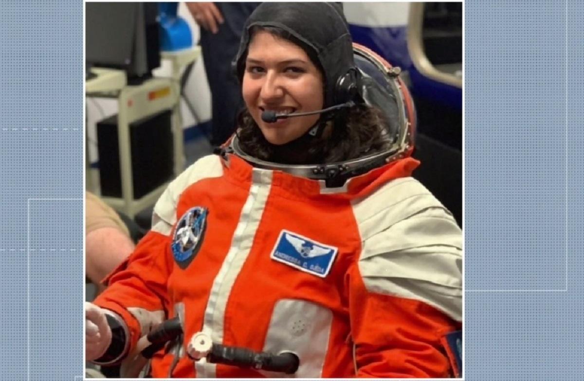 """4 2 - Paranaense que foi aprovada em 5 universidades, aos 20 anos se prepara para ser astronauta nos EUA: """"Inspirar outras garotas"""""""