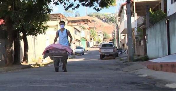 Captura de Tela 247 - Adolescente usa um carrinho de mão para vender pão caseiro. Contribui para as despesas de sua casa!
