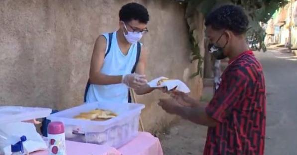Captura de Tela 248 - Adolescente usa um carrinho de mão para vender pão caseiro. Contribui para as despesas de sua casa!