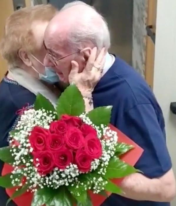Captura de Tela 260 Copia - Casal se abraça em lágrimas após 9 meses de separação.