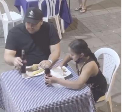 Captura de Tela 370 - Garota dá o seu almoço para uma senhora que pediu comida na rua para comer
