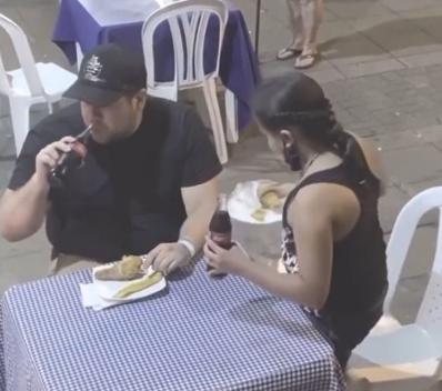 Captura de Tela 371 - Garota dá o seu almoço para uma senhora que pediu comida na rua para comer