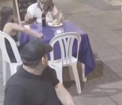 Captura de Tela 372 - Garota dá o seu almoço para uma senhora que pediu comida na rua para comer