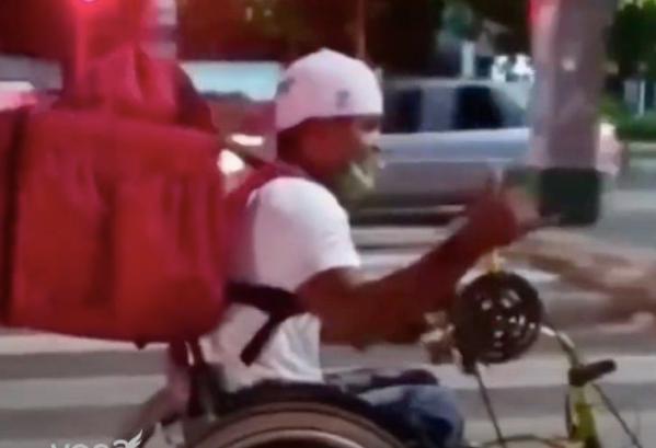 """Foto 1 - Rogério trabalha de entregador em uma cadeira de rodas e ainda que participar das olimpíadas. """"SUPERAÇÃO"""""""