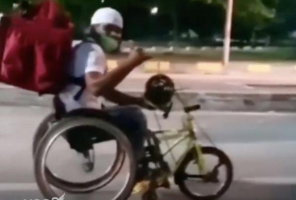 """Foto 2 - Rogério trabalha de entregador em uma cadeira de rodas e ainda que participar das olimpíadas. """"SUPERAÇÃO"""""""