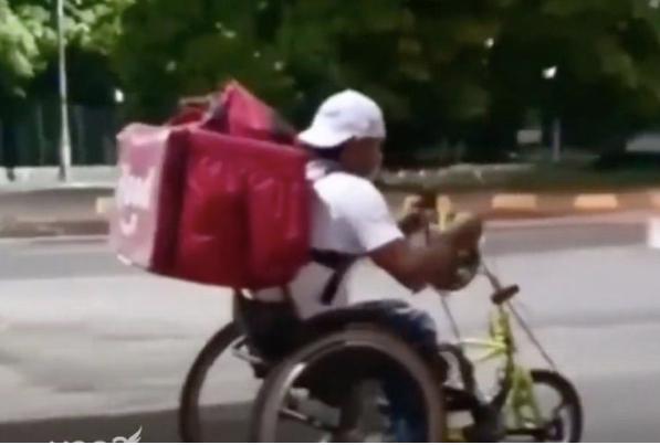 """Foto 3 - Rogério trabalha de entregador em uma cadeira de rodas e ainda que participar das olimpíadas. """"SUPERAÇÃO"""""""