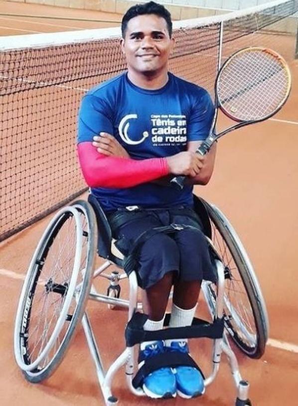 """Foto 4 - Rogério trabalha de entregador em uma cadeira de rodas e ainda que participar das olimpíadas. """"SUPERAÇÃO"""""""