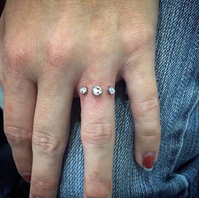 """Captura de Tela 413 - """"Bridal Piercing"""": A tendência para substituir as alianças de casamento. Os médicos não recomendam"""